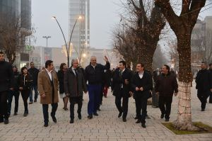 """Rama në Korçë me pushtetarët lokalë. Në sfond """"Ejfeli"""" i """"Parisit të Vogël"""""""
