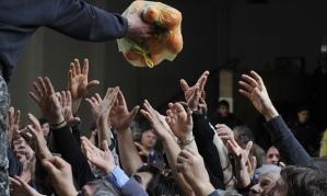 Shpërndarje e ndihmave ushqimore në Athinë